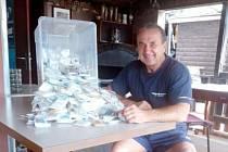 SBĚRATEL Ladislav Moulis ukazuje krabici plnou cukrů, kterou získal na poslední burze v Maďarsku.