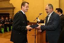 ZACHRÁNCE ŠESTILETÉ HOLČIČKY. Petr Ježek (na snímku vlevo) přebírá čestnou plaketu od primátora Martina Zrzaveckého.