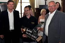 Ronald Steiger (uprostřed) s loňským mistrem světa v Master Bartender Lukášem Svobodou (vlevo) a sládkem Václavem Berkou