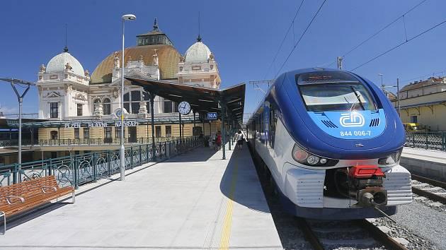 Nové spěšné vlaky zajistí komfortní spojení Plzně, Chebu a Karlových Varů. Na snímku souprava RegioShark, který bude na trati dočasně jezdit.