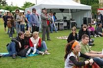 Klid, pohoda a dobrá nálada panovala v sobotu v psychiatrické léčebně v Dobřanech, kam zamířilo kolem dvou tisíc lidí na hudební a divadelní festival Mezi ploty.