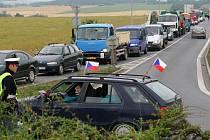Mezi místa, kde v pondělí protestovali zemědělci z Plzeňska, patřil i kruhový objezd na výpadovce na Karlovy Vary. Zemědělci brzdili dopravu pomalou jízdou nákladních i osobních aut (na hlavní tah je zakázán vjezd traktorů)