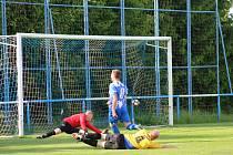 Kanonýr Nýrska Imrich Varga (na snímku hráč v modrém dresu) střílí jeden ze čtyř svých gólů do sítě Zruče.