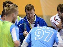 Trenér futsalistů Interobalu Plzeň David Frič udílí pokyny svým svěřencům během oddechového času v úterním pátém semifinále VARTA Futsal ligy.