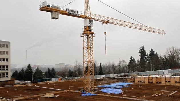 První patro je téměř dokončené, ještě je nutné vyztužit strop a mohou se přistavovat další.