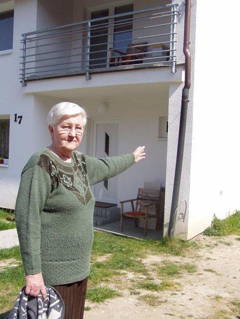 Helena Kušnírová, která bydlí v ulici U Svahu, ukazuje na okap, kterým musel být nahrazen původní ukradený