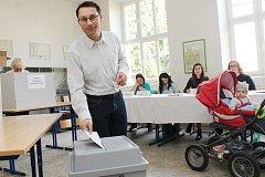 Na snímku právě hlasuje Plzeňan Marian Bradáč, který v jedné z komisí také zasedal coby místopředseda.