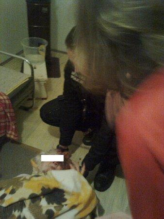 Čtyřiaosmdesátiletou seniorku zachraňovali strážníci vpátek večer vjejím bytě. Nalezli ji vkaluži krve.