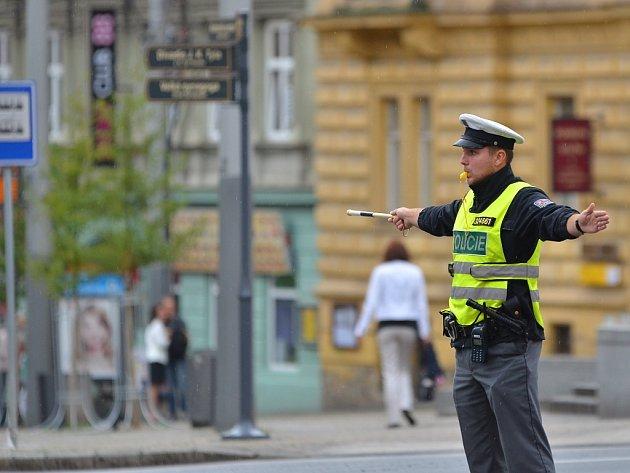 Policisté řídí dopravu na rušné křižovatce