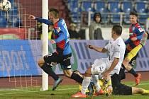 Michal Duriš střílí čtvrtý gól do sítě Baníku Ostrava.