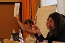 Hlasování o tom, jestli se přejde do řízené diskuze. Mladí Plzeňané si mohli vyzkoušet diplomatické řemeslo.
