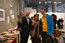 V japonské Jokohamě si na veletrhu umění vyzkoušeli plzeňské loutky také český velvyslanec v Japonsku Tomáš Dub (vlevo) a ředitelka Českého centra v Tokiu Eva Takamine. Na snímku jsou spolu s ředitelem Divadla Alfa Jakubem Horou
