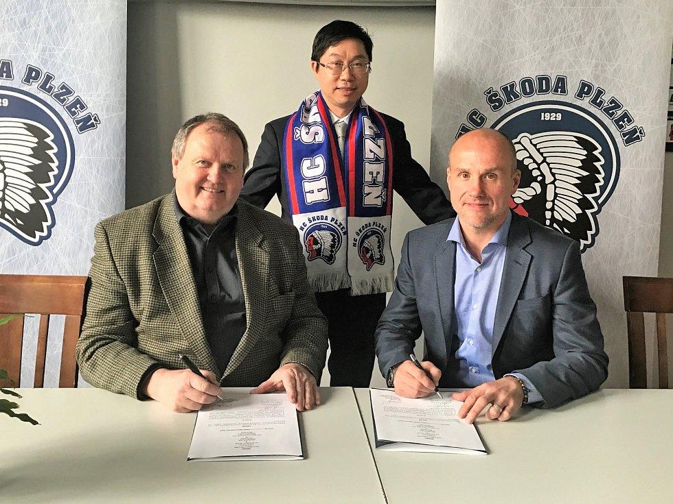 Memorandum o spolupráci podepsali Martin Straka z HC Plzeň (vpravo) a Jiří Macháček ze společnosti Coneos s.r.o.