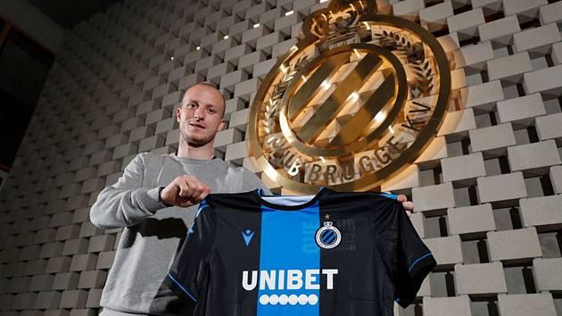 Fotbalista Michael Krmenčík pózuje s dresem Brugg. Včera už s týmem poprvé trénoval.