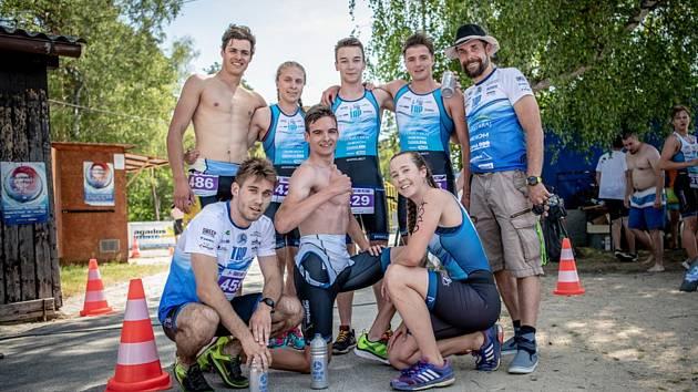 Jan Řehula (na snímku vpravo) zapózoval při Triatlonovém festivalu v Plzni se svými svěřenci.