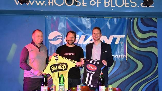 Zleva Zdeněk Rubáš, sportovní ředitel stáje AC Sparta, hlavní organizátor Giant lIgy Jan Kotal a  Petr Kubias, předseda krajského cyklistického svazu a generální manažer Roman Kreuziger Cycling Academy ukazují na tiskové konferenci dresy o které se bude b