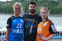 Házenkáři Talentu M.A.T. Plzeň se v nadcházející sezoně představí v nových dresech. Na snímku uprostřed je hráč české reprezentace Milan Škvařil