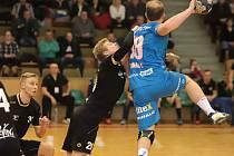 Jakub Tonar (v modrém dresu) se zranil 11. února 2018 během utkání v Karviné (na snímku).