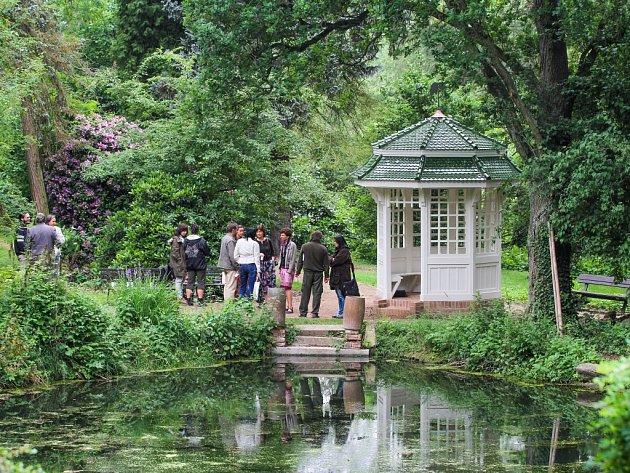 Loni včervnu dostala zahrada dřevěný altán, který je kopií původního pocházejícího zpočátku 20.století. Romantická stavba se nachází udolního rybníka
