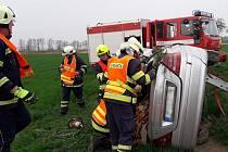 Jedno z aut skončilo po nehodě na poli