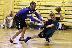 V důležitém souboji zdolal Tymákov (hráč při střelbě) tým Žatce těsně 17:16.