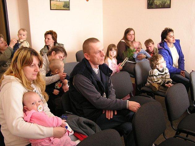 VÍTÁNÍ OBČÁNKŮ. Na obecním úřadu v Bezvěrově se včera sešlo několikero rodičů a dětí.