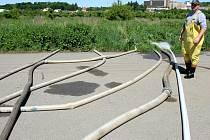 Odčerpávání vody z tenisových kurtů na Roudné.