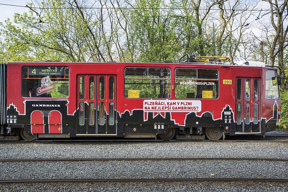 Speciální Gambrinus tramvaj, která projíždí ulicemi Plzně