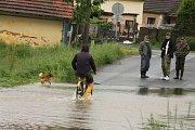 V Dolní Lukavici kromě řeky napáchal velkou škodu i vylitý rybník.