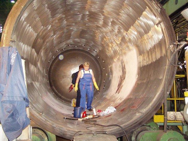Pracovnice Ižorských závodů v Kolpinu na předměstí ruského Petrohradu, které jsou sesterskou společností plzeňských firem Pilsen Steel a Škoda JS, čistí reaktor pro jadernou elektrárnu před dalším zpracováním