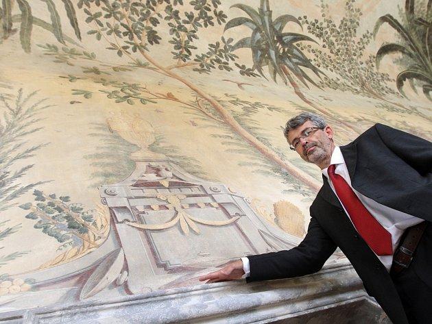 Kastelán Milan Fiala ukazuje zachráněné fresky na zámku v Nebílovech