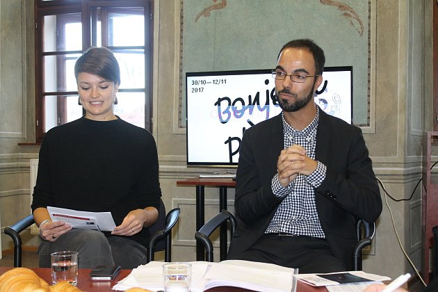 Fredy Tabourin od března vede Francouzskou alianci v Plzni. Na snímku spolu s Veronikou Hájičkovou představují program festivalu  Bonjour Plzeň!