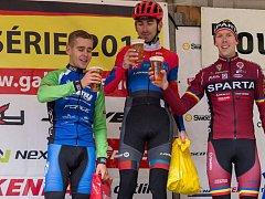 Medailové pozice si v hlavním závodě letošní Tour de Brdy vybojovali zleva druhý Vojtěch Sedláček, vítěz Tomáš Kalojíros a bronzový Josef Hořejší.