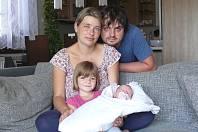 Sára Matoušková se narodila 13. srpna v 7:19 mamince Michaele a tatínkovi Lukášovi z Nové Vsi, našemu kolegovi z Plzeňského deníku. Po příchodu na svět v Mulačově nemocnici vážila sestřička pětileté Simonky 3240 gramů a měřila 50 cm.