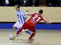 Na snímku z utkání v Plzni obchází domácí Tomáš Abrham (vlevo) soupeře z týmu pražské Slavie.