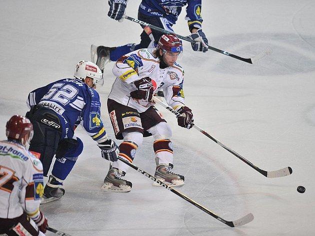 Plzeňský útočník Michal Dvořák se snaží vypíchnout puk sparťanskému forvardovi Tomáši Netíkov.