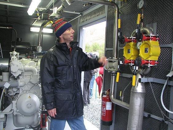 Šéf skládky odpadů v Chotíkově na severním Plzeňsku Roman Klimeš spouští zařízení, které dnes (7. 11.) začalo ze skládkových plynů vyrábět elektřinu. Podobné zařízení má jen asi desítka skládek v ČR.