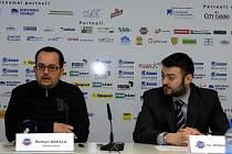 Mluvčí Pfans Roman Bakala (vlevo) s advokátem Antonínem Dejmkem na tiskové konferenci