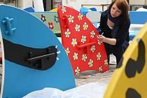 Studentka Martina Trhlíková pracuje na výzdobě jedné z laviček