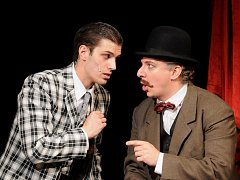 Martin Hubeňák jako Nick Carter a Bronislav Kotiš v roli komisaře Ledviny při zkoušce muzikálu Adéla ještě nevečeřela. Premiéru zhlédneme v plzeňském Komorním divadle tuto sobotu