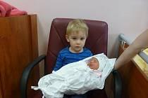 Vojtíšek (2 a půl roku) chová svoji sestřičku Adrianu (3,35 kg, 50 cm), která se narodila  2. prosince ve 2:12 ve FN v Plzni mamince Daniele a tatínkovu Ondřeji Strnadovým z Brna