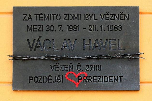 Tabulka, jež Havla připomíná, zobrazuje datum jeho věznění na Borech, tedy období  od 30.července 1981až do ledna 1983.Ataké číslo 2789, které dostal vězeň Havel na Borech přiděleno.