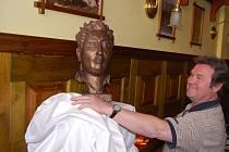 Bustu Jaroslava Haška v nově otevřeném Haškovu labužnickém salónku odhalil jeho vnuk Richard.