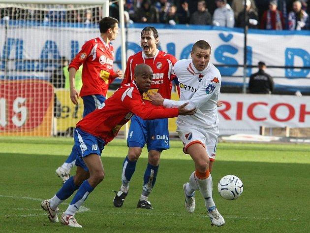 Plzeňský záložník Ludovic Sylvestre (vlevo) bojuje se soupeřem v nedělním utkání s Baníkem.