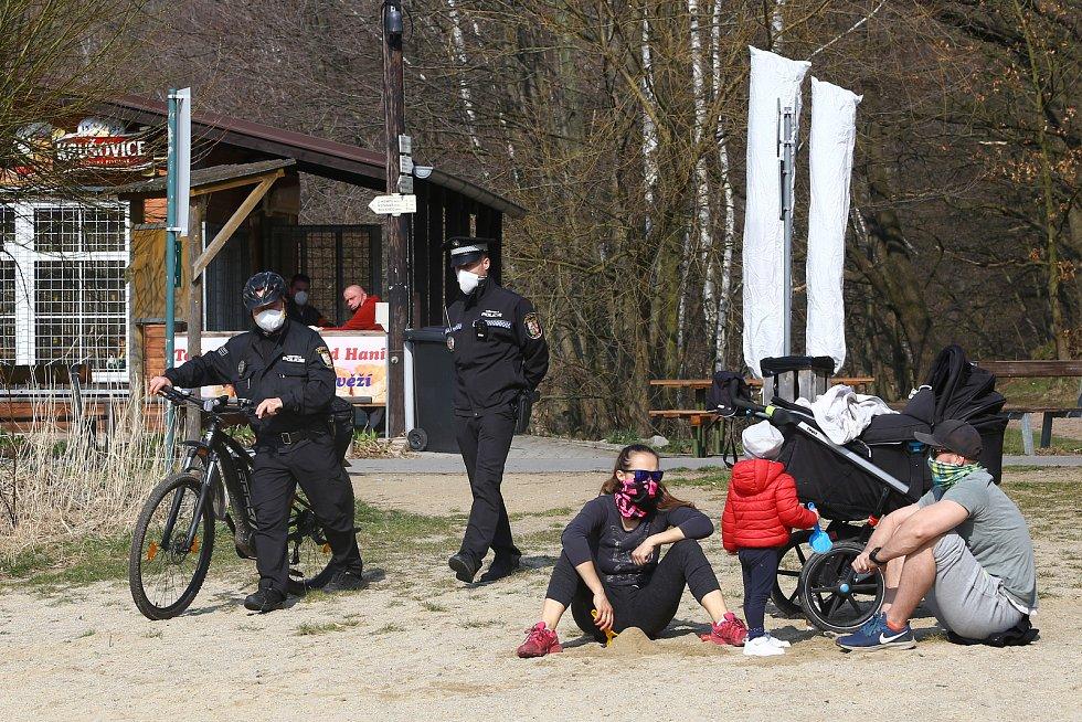 Plzenští strážníci provádějí při pochůzkách v rekreační oblasti Bolevecké rybníky dohled nad dodržováním bezpečnostních opatření kvůli zabránění šíření koronaviru.