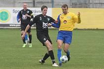 Doubravecký Jiří Sýkora (vpravo) bojuje v utkání 13. kola fotbalové divize se soupeřem z Roudného.