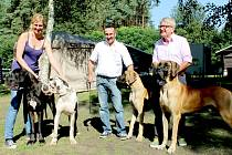 Šampioni 46. klubové výstavy německých dog. Vpravo je dvouletý King, kterého odchovala Jitka Krsová, se svým novým majitelem.
