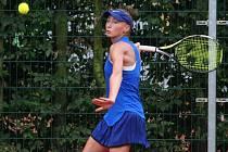 Zatímco v sobotu se Denisa Hindová (na snímku) radovala z evropského titulu ve čtyřhře, včera se jí ve finále dvouhry nedařilo