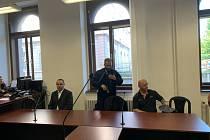 Vlevo na snímku bývalý policista Martin Novotný, zcela vpravo vyhazovač z diskoték Aleš Šepták.