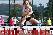Čtrnáctiletá plzeňská atletka Barbara Píchalová (na snímku) se prosazuje  v běhu přes překážky.